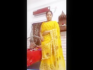 Deshi indian aunty Showing her Sexy Body